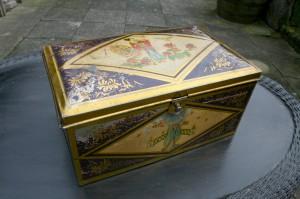 Fin gammel blik æske kage dåse med hængslet låg, ca. 33x20x15 cm.