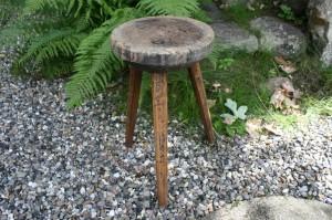 Fin antik høj skammel med rundt sæde, ca. 47 cm. høj.
