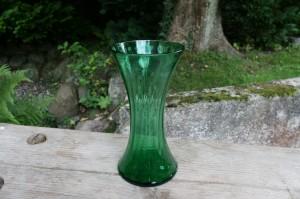 Skøn antik grøn vase af form som timeglas, ca. 21 cm høj.