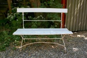 Fin gammel havebænk med jern understel og træ sæde og ryg, ca. 110 cm. lang