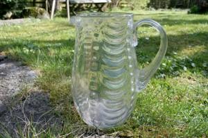Antik glas kande med optisk mønster, ca. 18,5 cm høj.