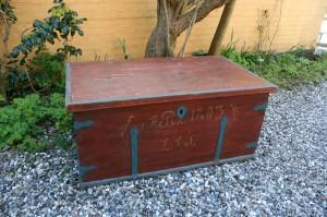 Fin antik fladlåget kiste med original bemaling, mål c. 93x53x41 cm.