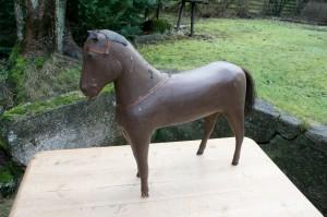 Stor antik lejetøjs hest i træ, ca. 48 cm høj og 52 cm lang.