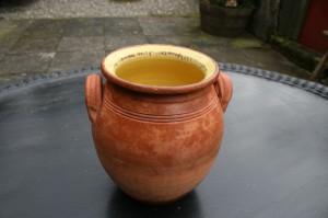 Lille lertøjs krukke m/øre og gul glasur inden i fra Gefle, ca. 17 cm høj.