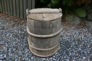 Gammel fin trætønde med låg, ca.50 høj og 40 cm i diameter.