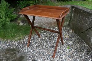 Antikt bakkebord serverings bord på ben, ca. 69x43x73 cm.