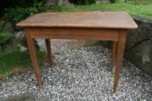 Antikt smalt bord med lige ben, ca. 99x47x73 cm.