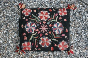 Fin antik pude også kaldet agepude fordi man sad på dem, ca.57x50 cm.