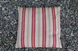 Fin antik pude af hør med røde striber.