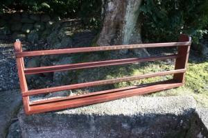 Antik tallerkenrække i bemalt furretræ, ca.130x44 cm.