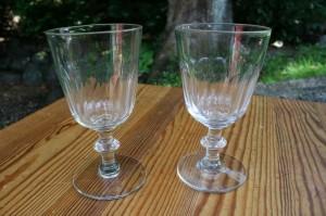 Et par antikke berlinoiers chr. d. 8. vinglas med slibning, ca. 15 cm høje.