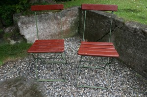 2 antikke gamle jernhavestole rød/grøn.