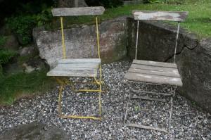 2 antikke jern havestole med afskallet maling. gamle-antikke-havemoebler-haveting