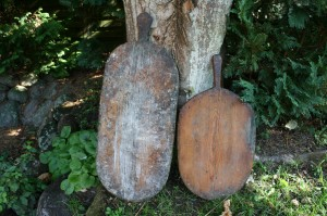 Et par bagespader, velegnet til skærebrædt, frugt, grønt m.m. ca. 82 og 61 cm lange.