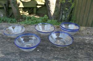 6 stk. antikke tykmælk skåle i glas og blå kant i varieret størrelser.