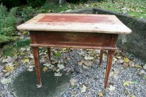 Antikt bemalet bord med skuffe og spidse ben, ca. 100x69x75 cm.