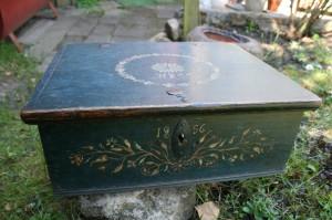 Antikt originalt bemalet skrin med dekoration, mål: 45x38x17 cm almue ting