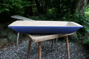 Antikt træ fad i en skøn original blå farve, ca. 75x30 cm.