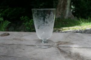 Dansk antikt toddyglas med hjort og blad ætsninger, ca. 10,8 cm højt.