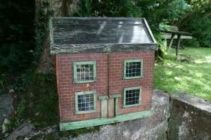 Skønt antikt dukkehus med bemaling, ca. 57x38x59 cm.
