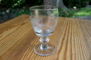 Antikt glas tøndeformet med egeløvs slibning, ca. 10,2 cm høj.