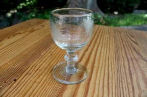 Antikt vinglas med vinløvs slibning, ca. 9,8 cm. høj.