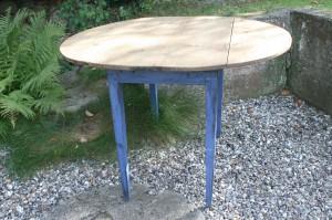 Fint antikt ovalt klapbord med blåt understel, ca. 105x92x71 cm.