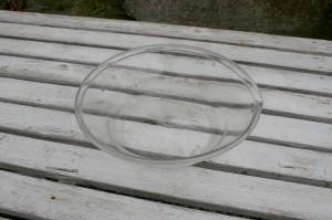 Antikt mælkeskål i glas med tud og ombukket rand.