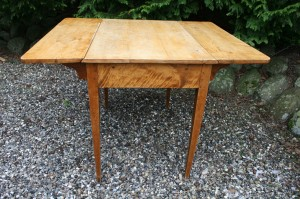 Fint antikt Norsk klapbord i birketræ, ca. 110x92x75 cm.