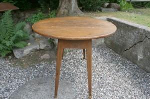 Fint antikt klapbord med drejeplade og skevende ben, ca. 100 cm i diameter og 75 cm højt.
