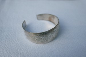 Armring i sølv, sisileret og med 3 små stempler