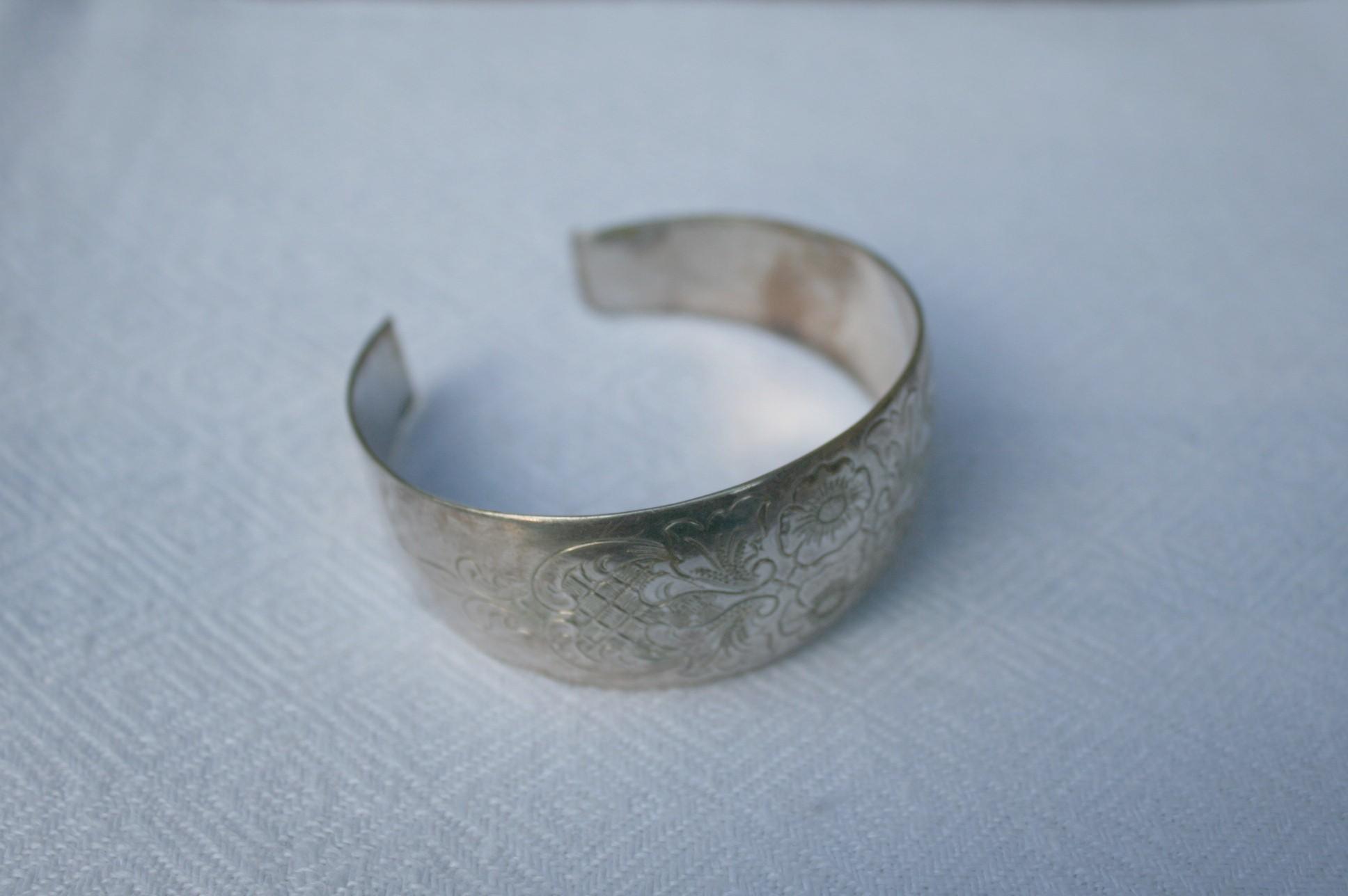 b6c580c385a Armring i sølv med ciselering og med 3 små stempler.