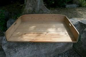 Gammel fin bageplade med håndtag, kan bruges til plantebord m.m. ca. 75x55x11 cm.