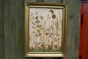 Fint gammelt billede med presset blomster i ramme, ca.59x45 cm.