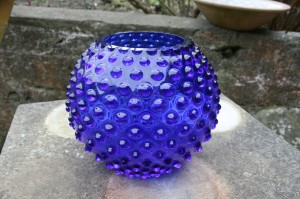 Fin blå pindsvine vase i fin satnd, ca. 16 cm. høj. antikke gamle glas
