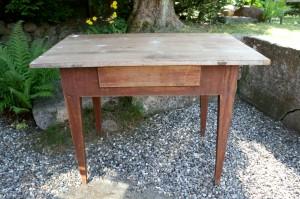 Skønt antikt bord med skuffe og spidse ben, ca. 102x61x75 cm.