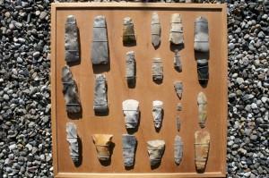 En samling danske stenøkser, pilespidser og skraber, sælges samlet.