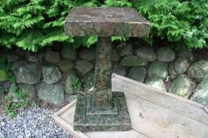 Pedestal antik med dekorationer, ca. 49 cm. høj.