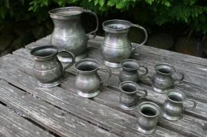 Fine antikke tin krus i forsellige størrelser.
