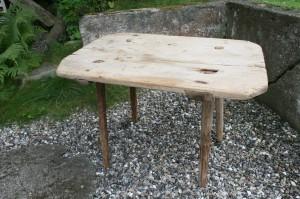 Skønt antikt fæbo bord med en planke, ca. 85x58x54 cm.