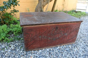 Antik original bemalet flad låget kiste, mål ca. 85x57x43 cm.