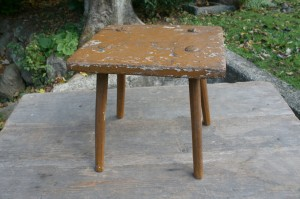 Fin gammel skammel med bemaling, ca.38x31x40,5 cm.