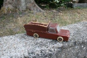 Fin gammel legetøjsbil i træ med lad, ca. 22 cm. lang.