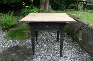Fint antikt bord med skuffe, ca. 92x86x79 cm.