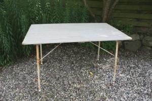 Fint stort gammelt havebord med klap sammen ben, ca. 115x71x65 cm.