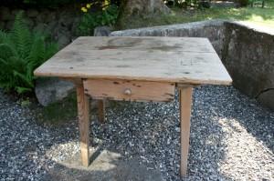 Antikt fæbo bord med skuffe kan bruges til bl.a. børnebord, ca. 88x66x67 cm.