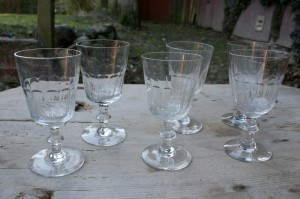 Gamle chr. d. Vll vinglas med slibninger, ca. 15-15,5 cm høje.