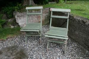 2 gamle grønne havestole til at klappe sammen.