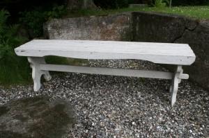 Gammel hvidmalet havebænk u/ryg, ca. 150x31x45 cm.