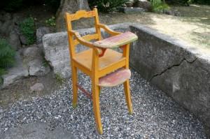 Skøn gammel høj barnestol med fin bemaling, ca. 98x38 cm.